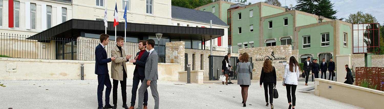 étudiants devant l'entrée de l'Ecole de Savignac